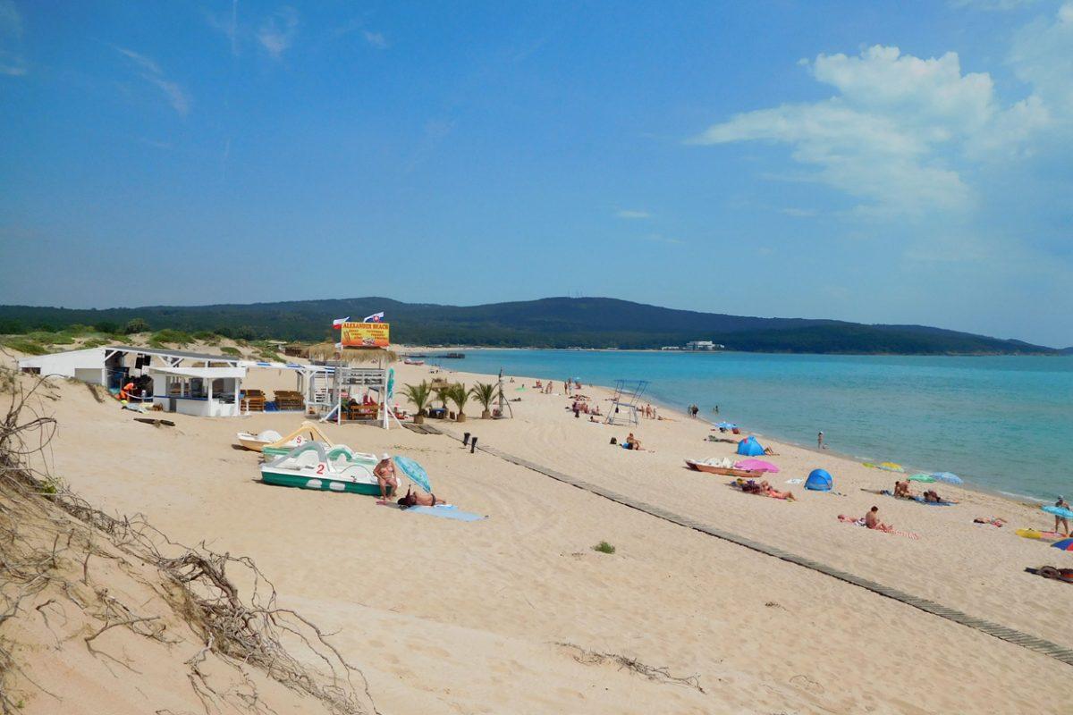Северный пляж на черноморском курорте Приморско, Болгария