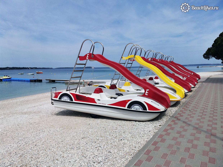 Водные развлечения на пляже в Пуле